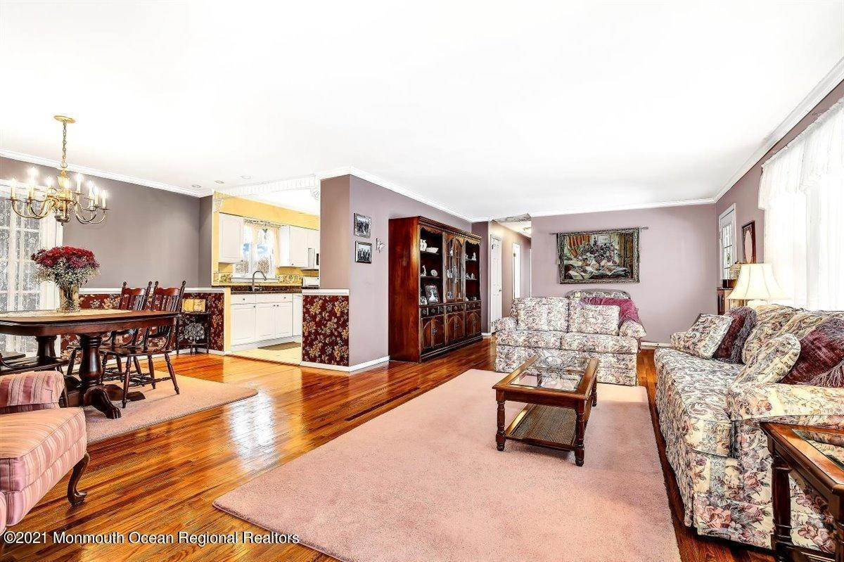11. Single Family Homes for Sale at 1092 Wake Forest Drive Toms River, New Jersey 08753 United States