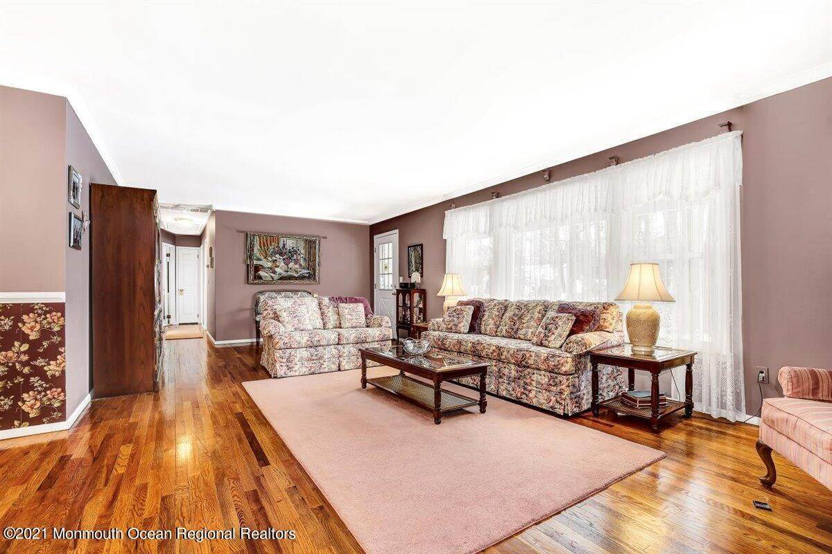13. Single Family Homes for Sale at 1092 Wake Forest Drive Toms River, New Jersey 08753 United States