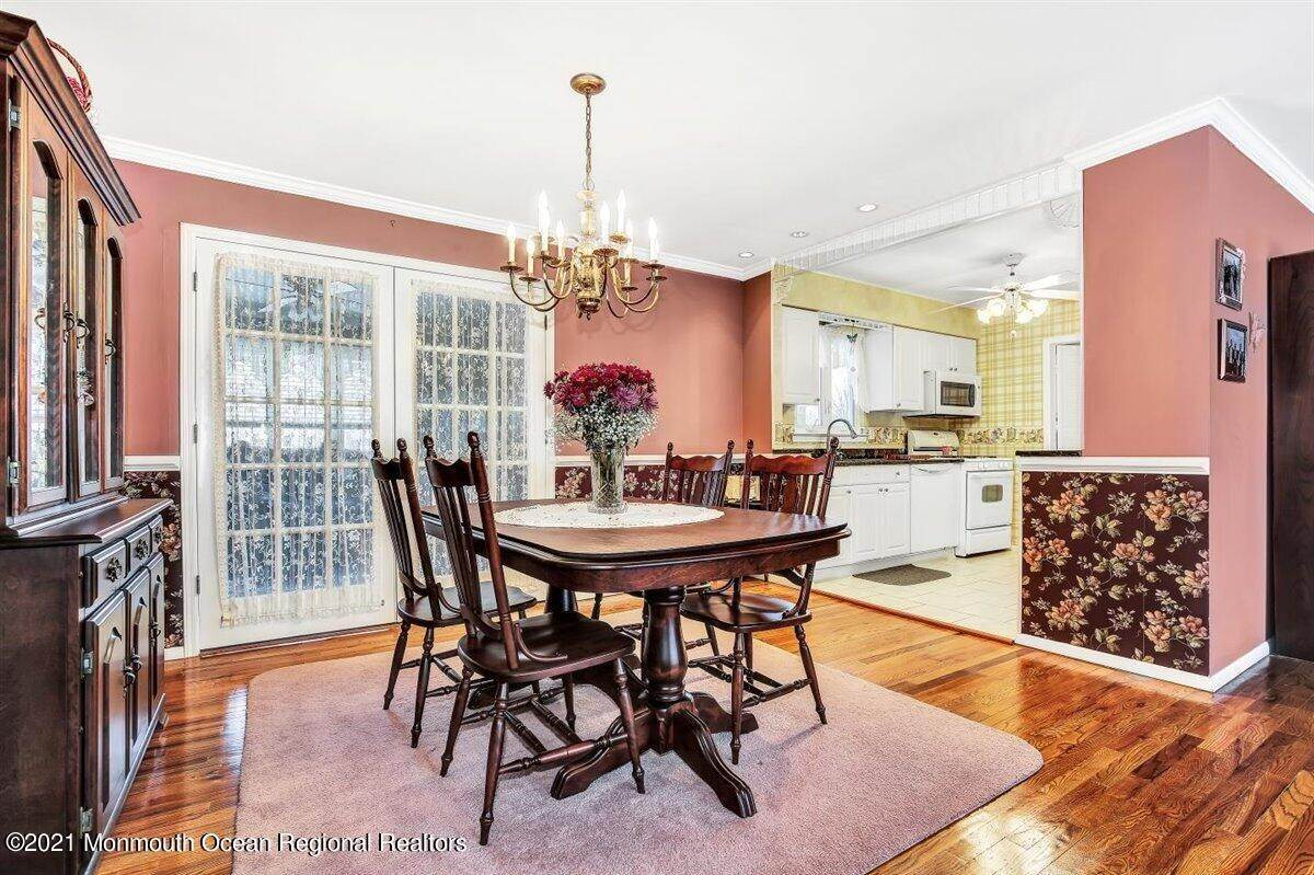 16. Single Family Homes for Sale at 1092 Wake Forest Drive Toms River, New Jersey 08753 United States