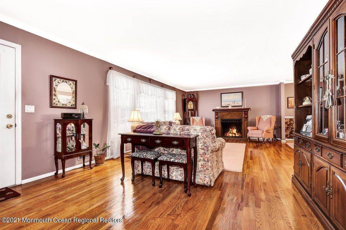 10. Single Family Homes for Sale at 1092 Wake Forest Drive Toms River, New Jersey 08753 United States