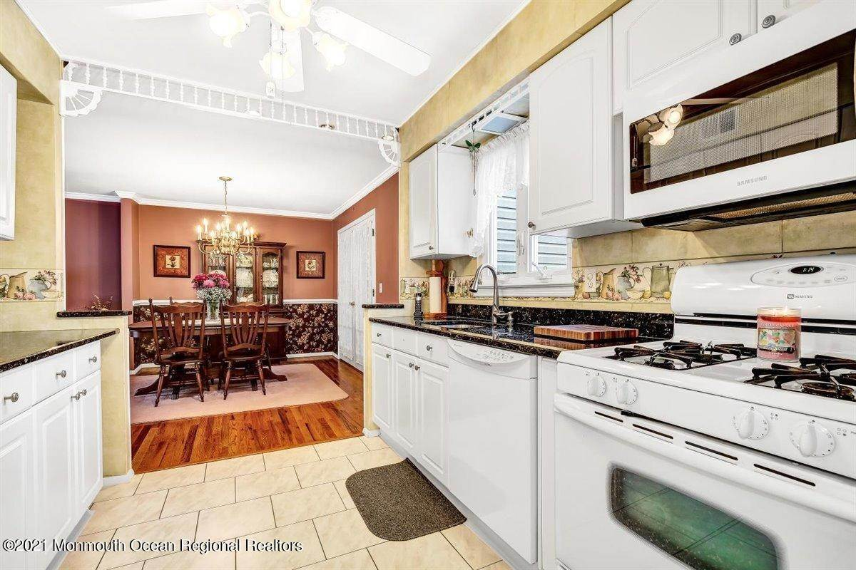 19. Single Family Homes for Sale at 1092 Wake Forest Drive Toms River, New Jersey 08753 United States