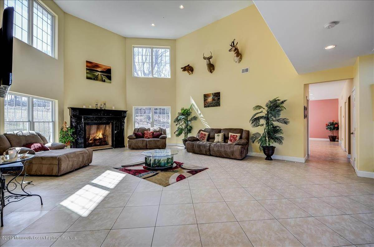 12. Single Family Homes for Sale at 8 Chaser Court Holmdel, New Jersey 07733 United States
