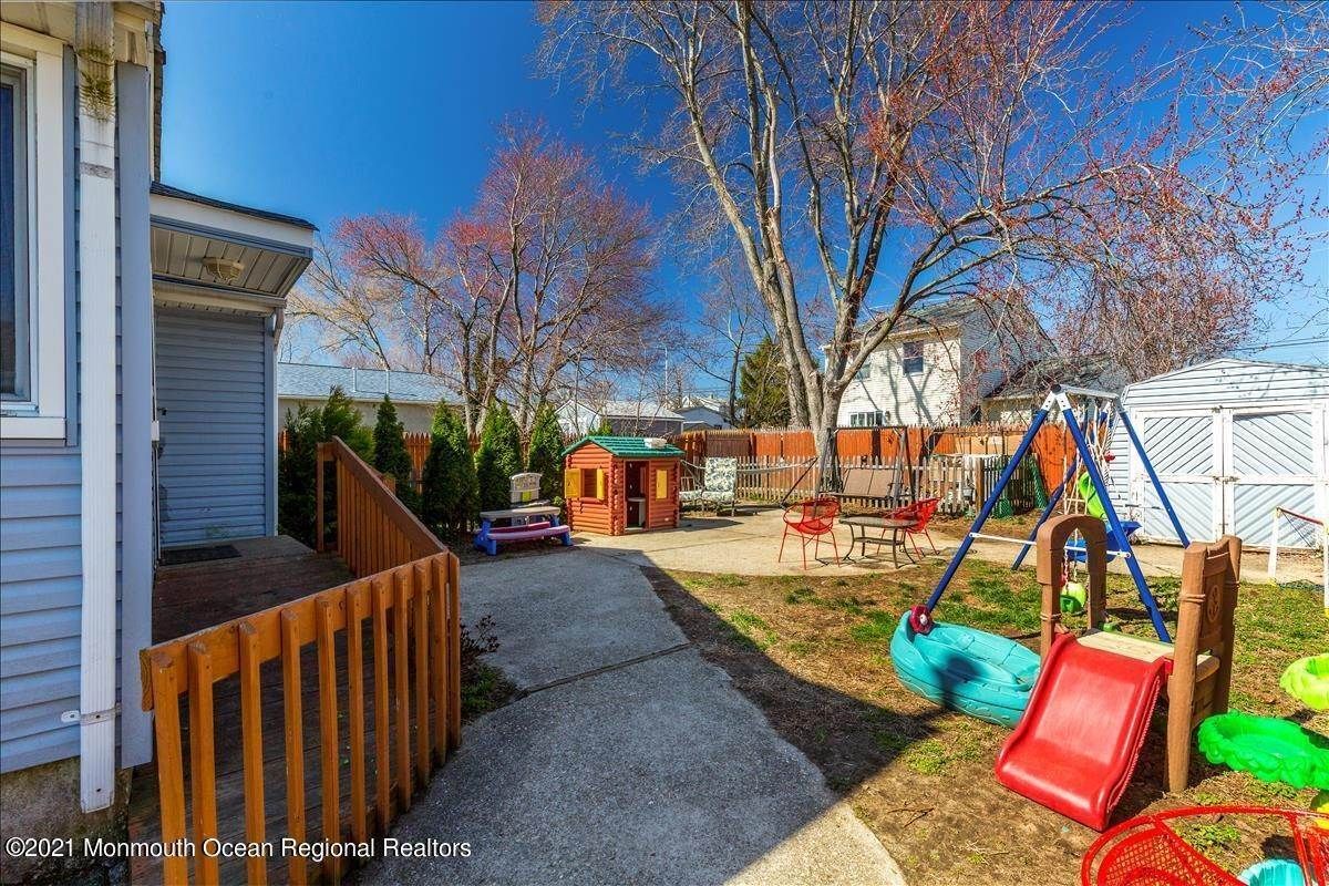 19. Single Family Homes for Sale at 206 Milton Avenue Cliffwood, New Jersey 07721 United States