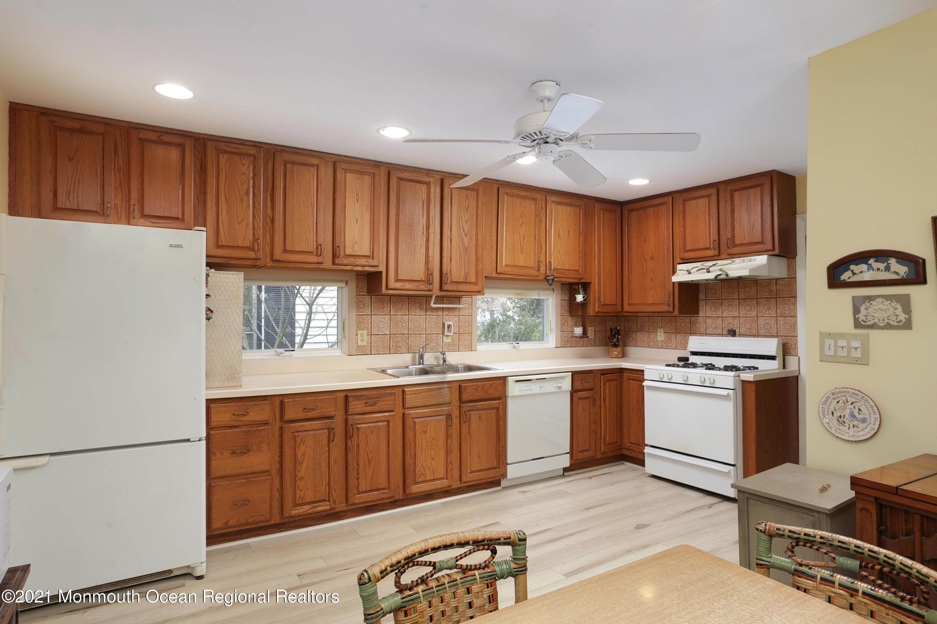 6. Single Family Homes for Sale at 75 Bayview Drive Laurence Harbor, New Jersey 08879 United States