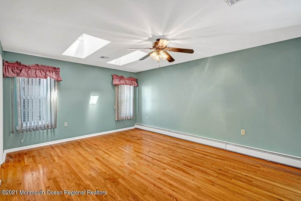 5. Single Family Homes for Sale at 19 Weybridge Court Toms River, New Jersey 08757 United States