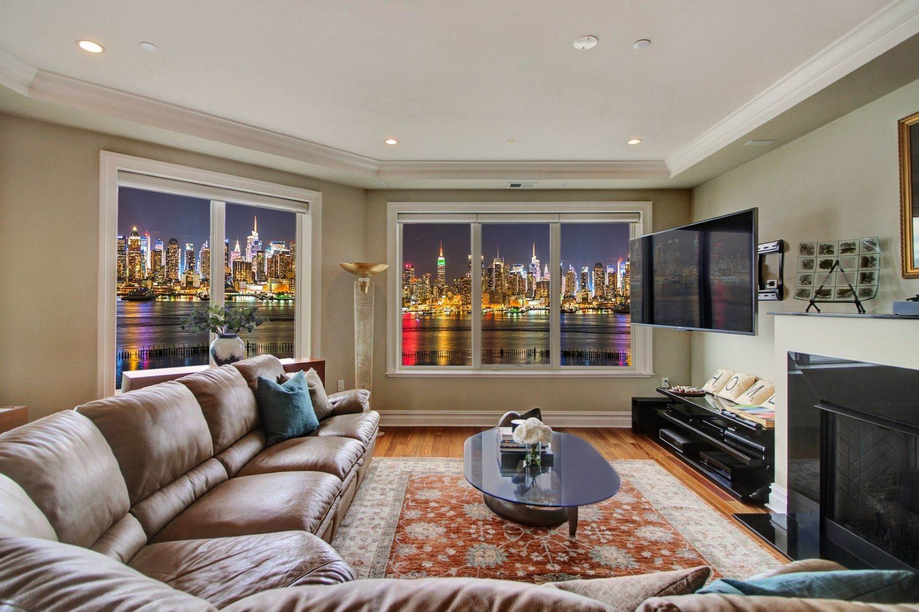 Condominiums para Venda às Nothing like this is available! Enjoy unobstructed panoramic views of NYC 250 Henley PL #402 Weehawken, Nova Jersey 07086 Estados Unidos