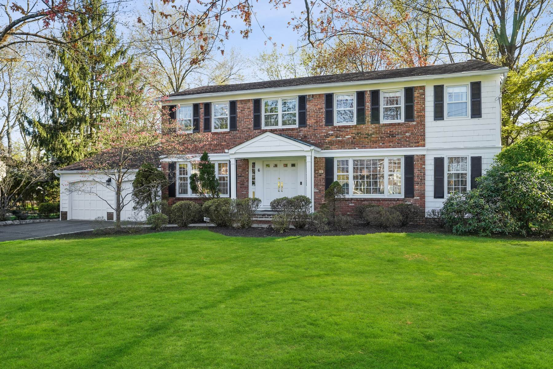 Single Family Homes para Venda às Bright and Beautiful Colonial in the Heart of Broadlawn! 6 Rosedale Terrace Livingston, Nova Jersey 07039 Estados Unidos