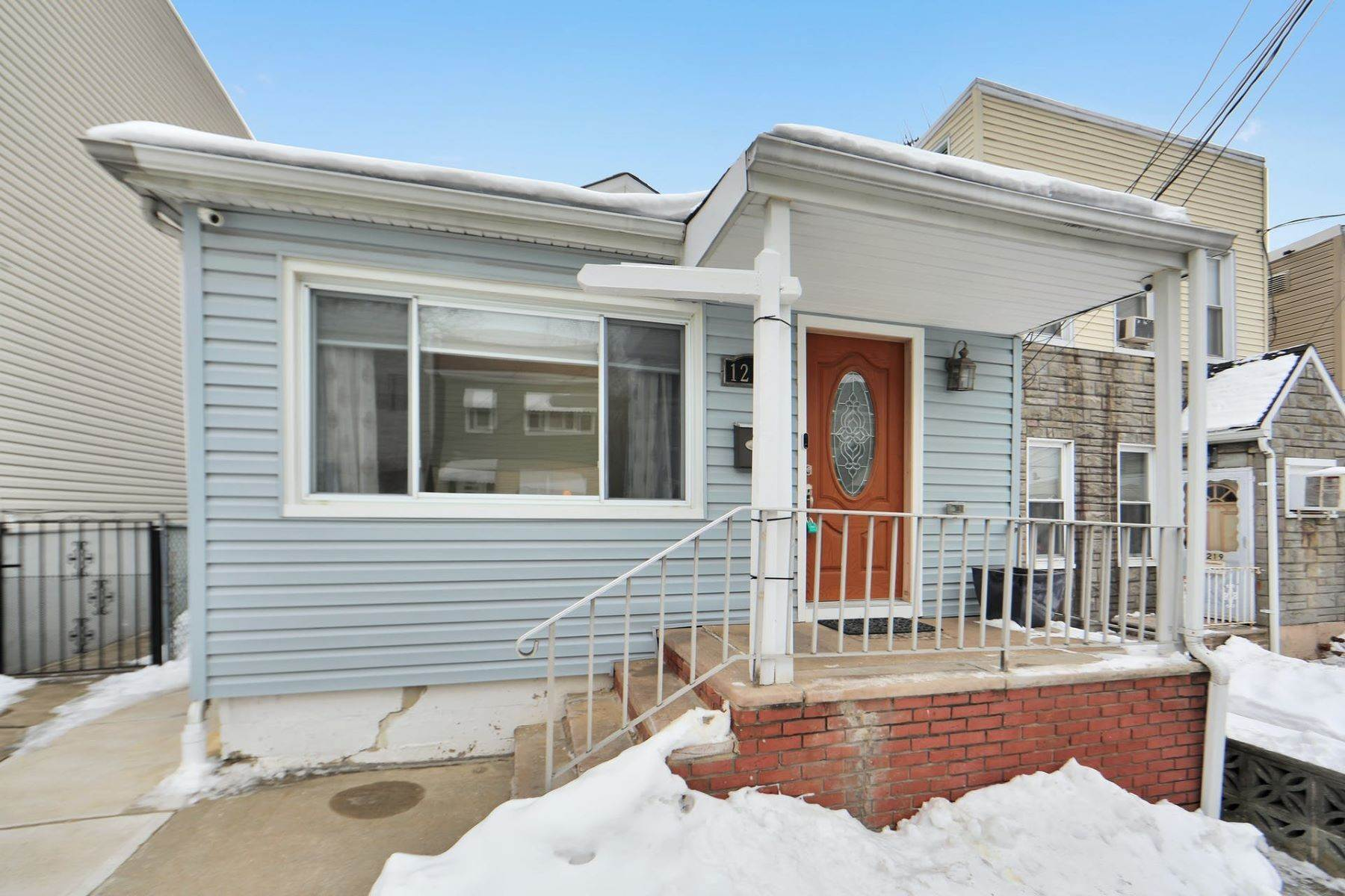 Single Family Homes para Venda às Perfect & Charming 1217 85th St North Bergen, Nova Jersey 07047 Estados Unidos