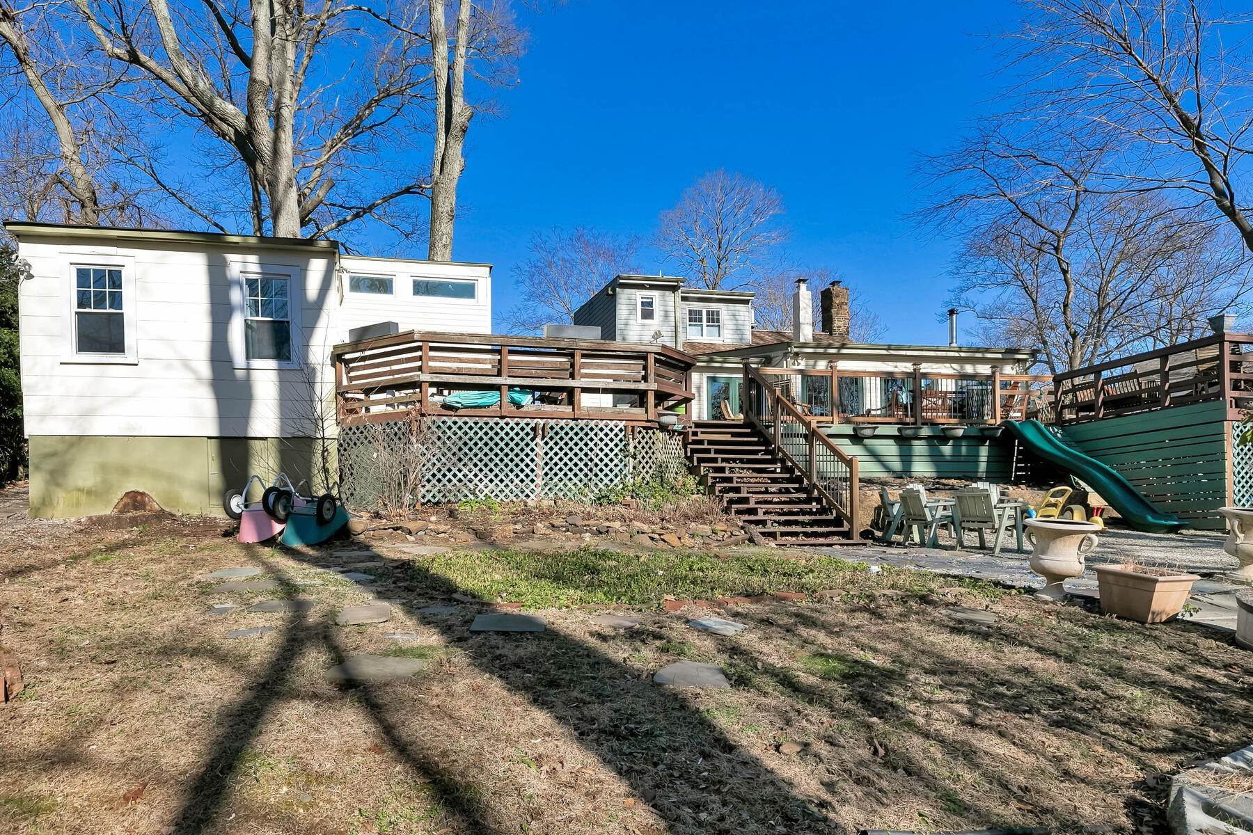 32. Single Family Homes for Sale at Fabulous Opportunity Tucked in the Hills of Atlantic Highlands 231 E. Highland Ave Atlantic Highlands, New Jersey 07716 United States
