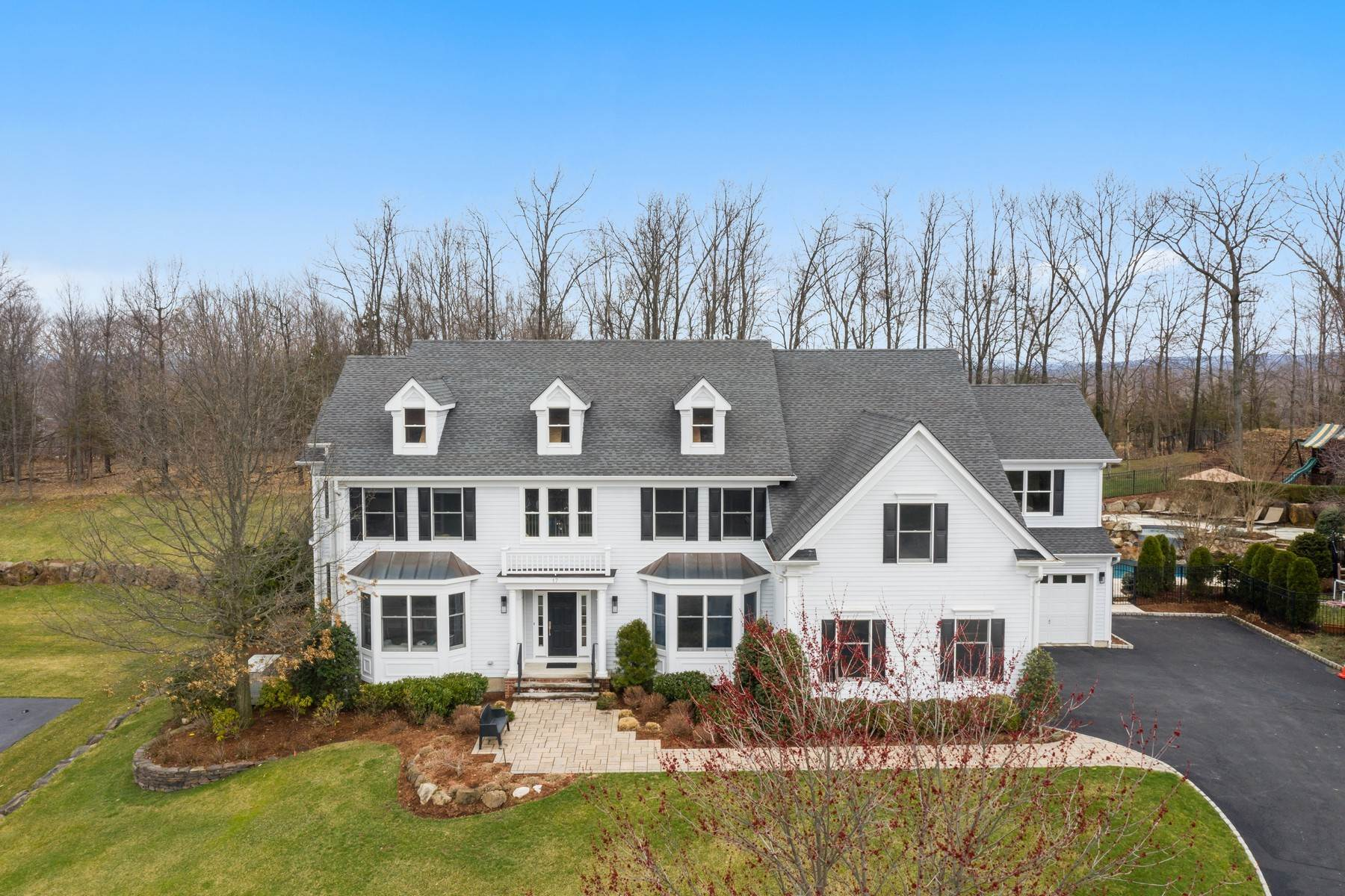 Single Family Homes para Venda às Fabulous Colonial with Pool in the Legends of Riker Hill 17 Sunshine Lane Livingston, Nova Jersey 07039 Estados Unidos