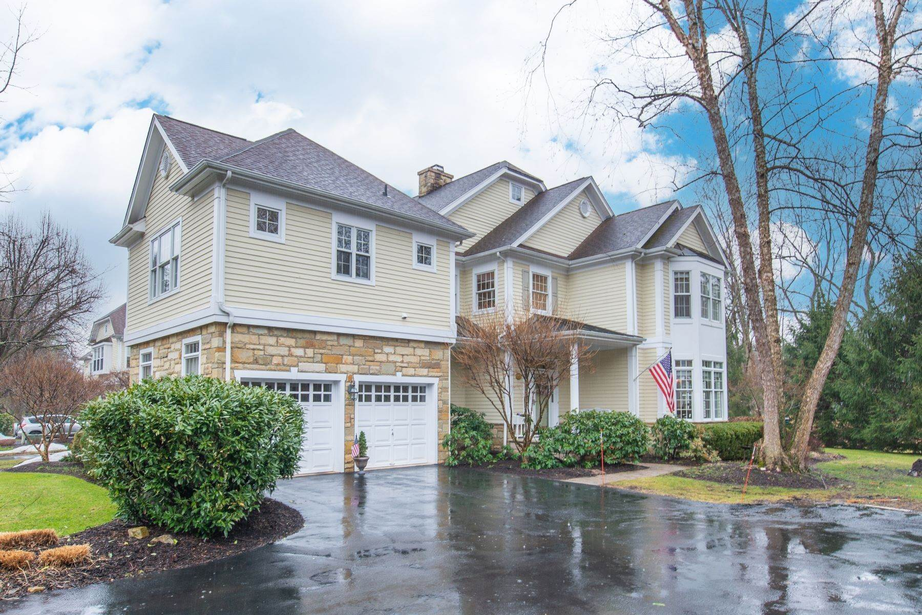 townhouses para Venda às Sophisticated End Unit Townhome 106 Lindabury Lane Tewksbury Township, Nova Jersey 07979 Estados Unidos