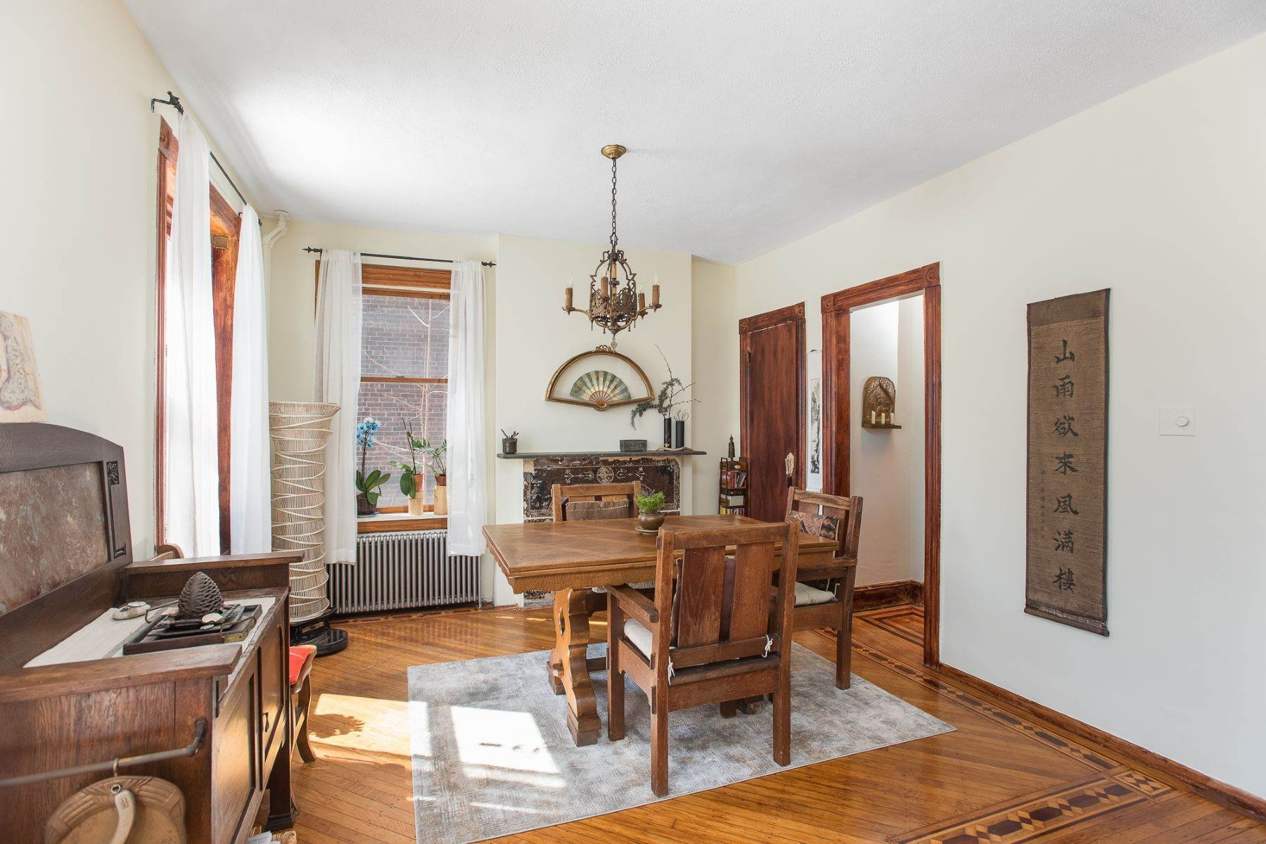 Single Family Homes para Venda às The beauty and craftsmanship of yesteryear with modern upgrades 7 Britton St Jersey City, Nova Jersey 07306 Estados Unidos
