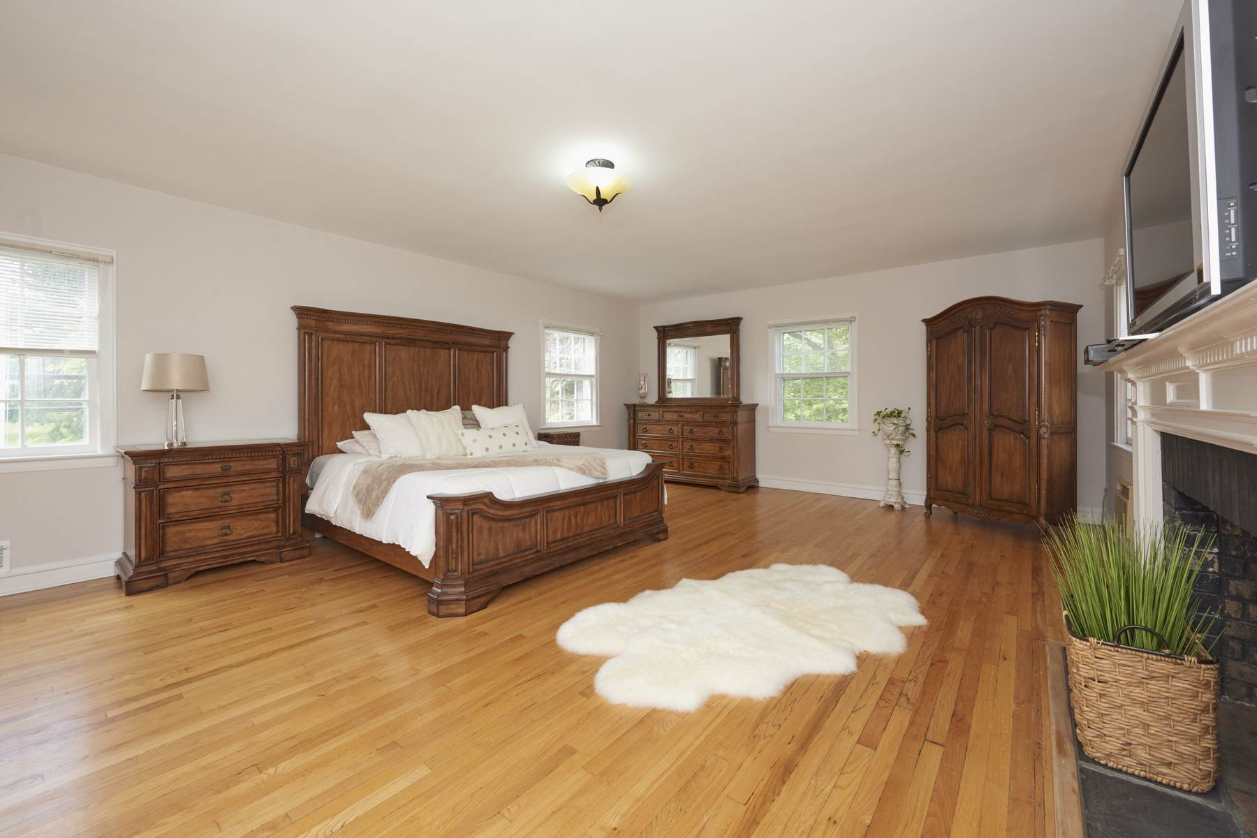 18. Single Family Homes for Sale at 420 Sycamore Avenue Shrewsbury, New Jersey 07702 United States