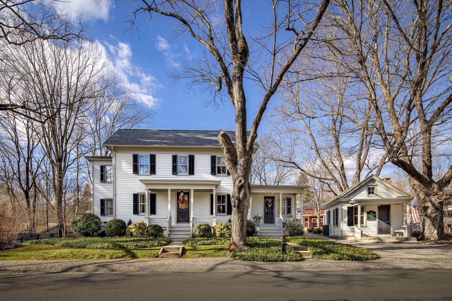 Single Family Homes para Venda às Classic Colonial Living 315 Main Street Tewksbury Township, Nova Jersey 07830 Estados Unidos