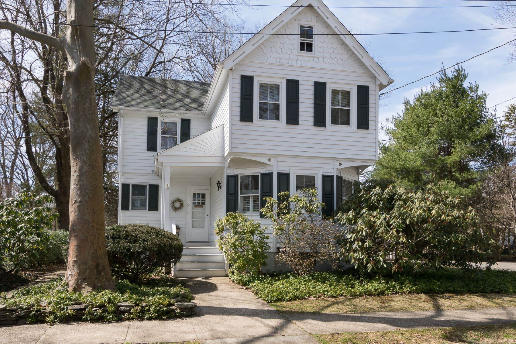 Single Family Homes para Venda às Storybook Home on a Stroll-Everywhere Street 5 Titus Avenue Lawrenceville, Nova Jersey 08648 Estados Unidos