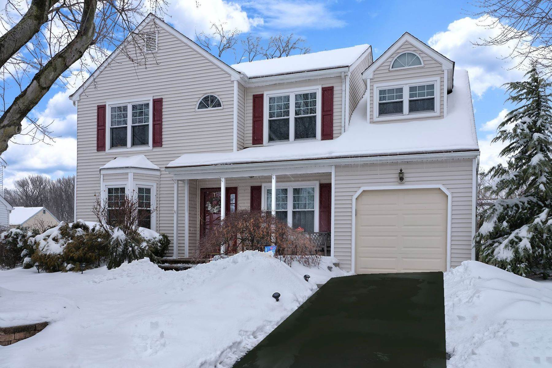 Single Family Homes para Venda às A Fantastic Neighborhood for Your Forever Home 52 Country Lane Hamilton, Nova Jersey 08690 Estados Unidos
