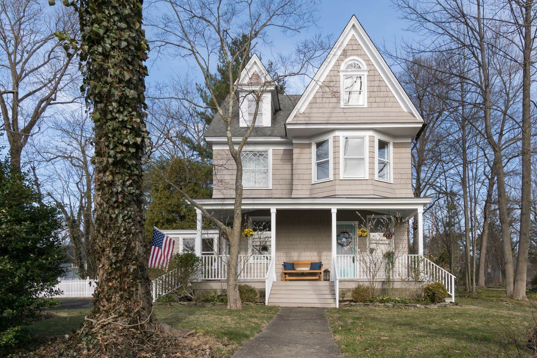 Single Family Homes para Venda às Village Victorian with a Lofty, Open Layout 2909 Main Street Lawrenceville, Nova Jersey 08648 Estados Unidos