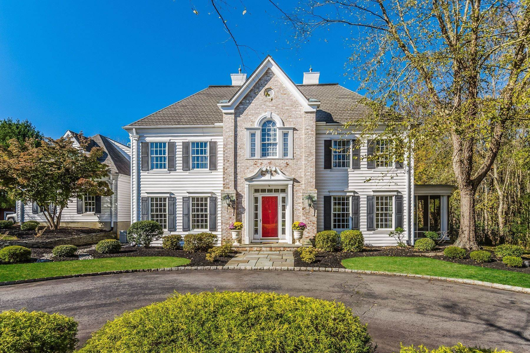Single Family Homes para Venda às In Hamilton: Wooded, Grand, and Gracious 4 Hidden Hollow Drive Hamilton, Nova Jersey 08620 Estados Unidos